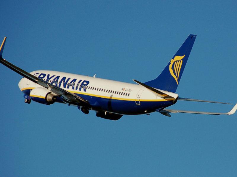 Ryanair.b737-800.aftertakeoff.wikimediaarp